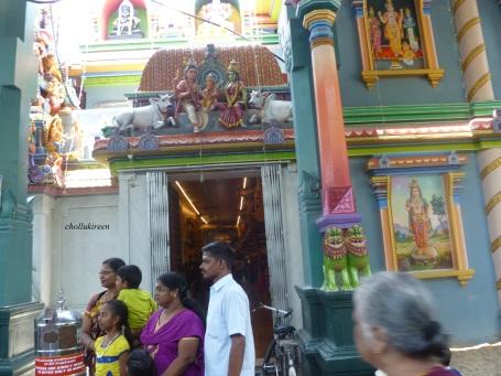 பக்தர்கள் முகப்பில் யாரோ போட்டோ எடுக்கிரார்கள்.நாமும்