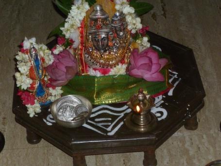 அமர்ந்திருக்கும் அம்மன்