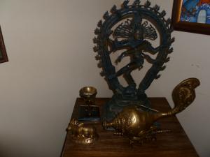எங்கள் வரவேற்பரையில் நடராஜருடன் பித்தளைச் சங்கு.